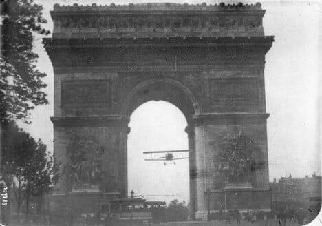 Avión pasando bajo el Arco del Triunfo de Paris