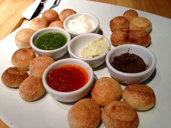 minipanes con diferentes salsas