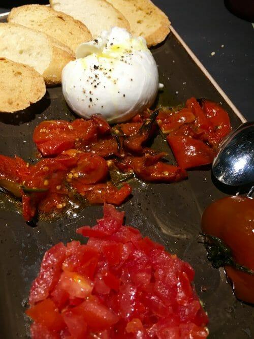 Burrata con tres texturas de tomate