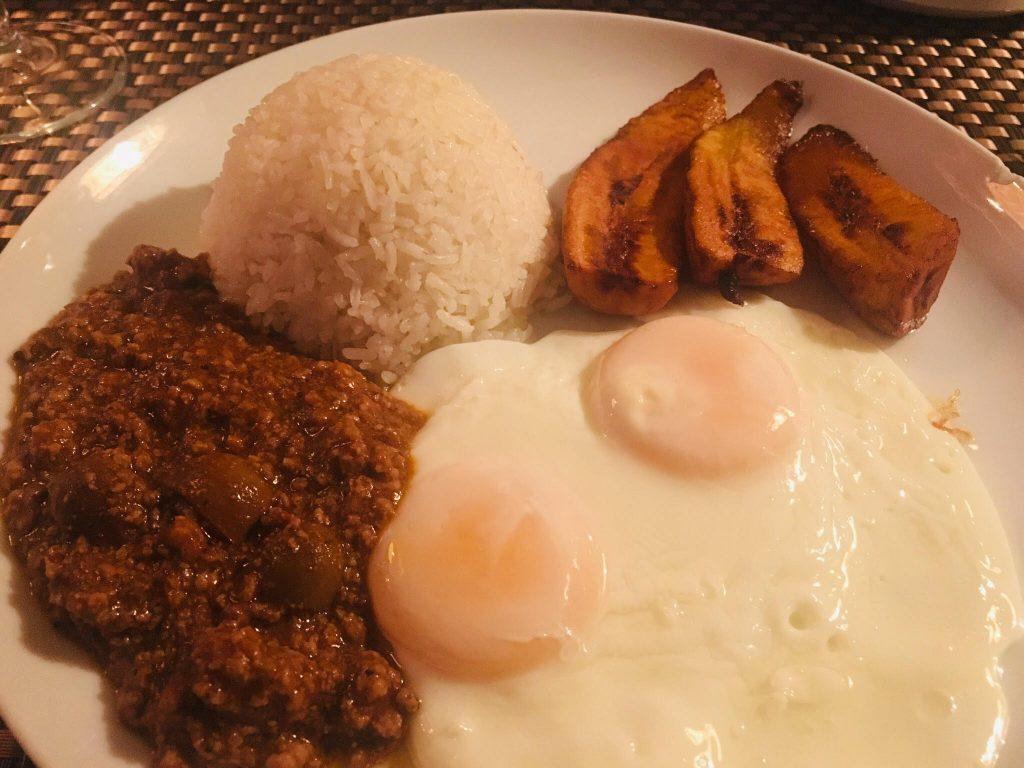 Huevos con picadillo arroz y plátano frito