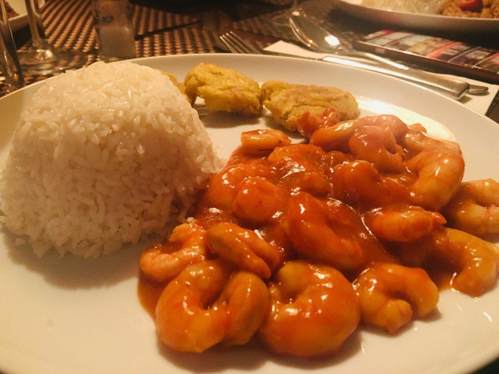 Langostinos (camarones) con patacón pisado y arroz