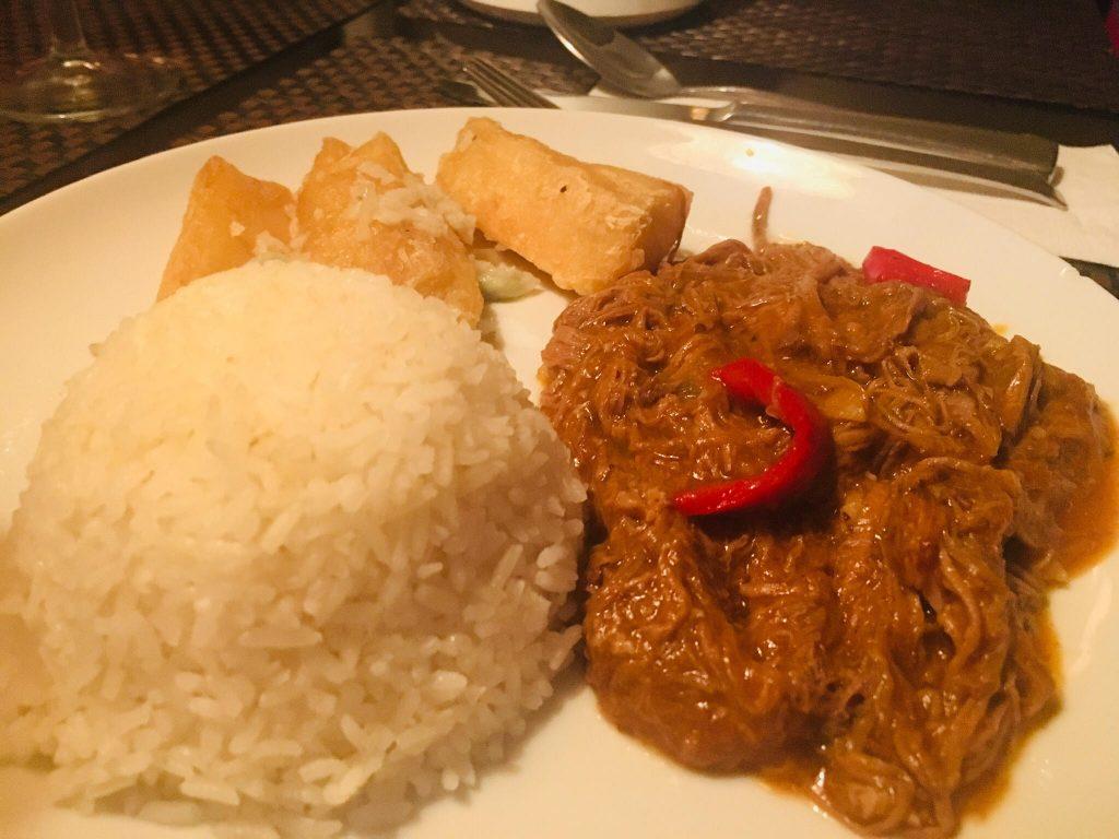 Ropa vieja con arroz y yuca frita