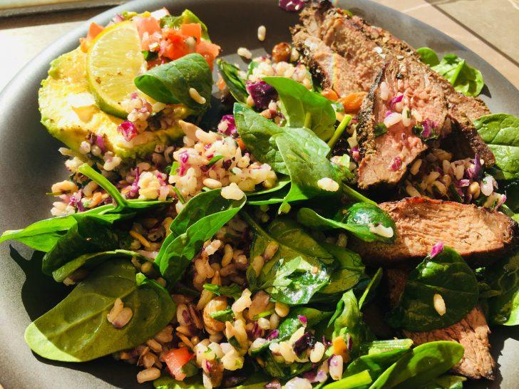 Aguacates, con pico de gallo, ensalada de espinacas, arroz y ternera a la plancha