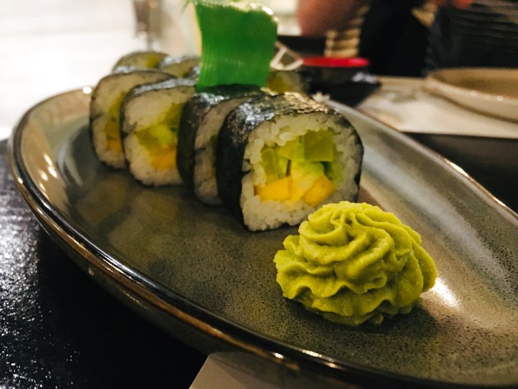 Rollitos de sushi de California vegetales