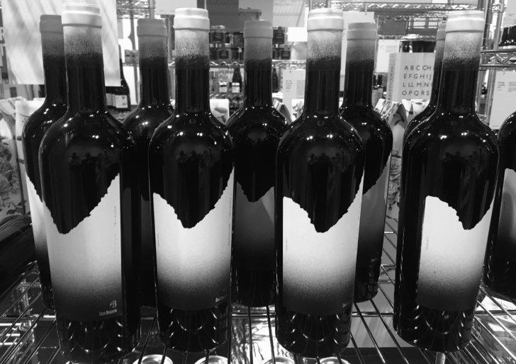 Botellas de vino en blanco y negro