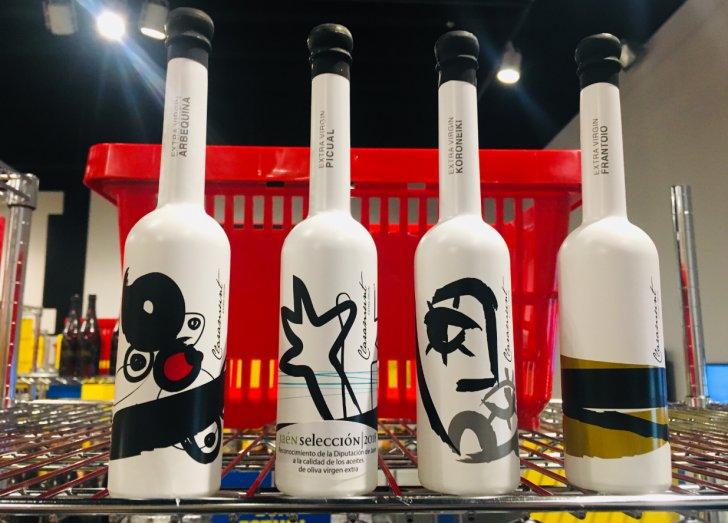 Botellas de aceite de olva virgen blancas con dibujos de Miró