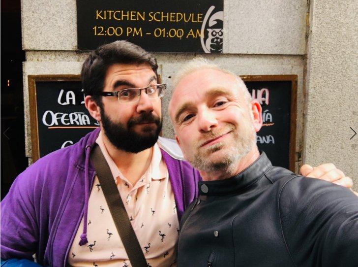 Dani y yo en la puerta de la Taberna El Buo: Tortillas de patatas gigantes