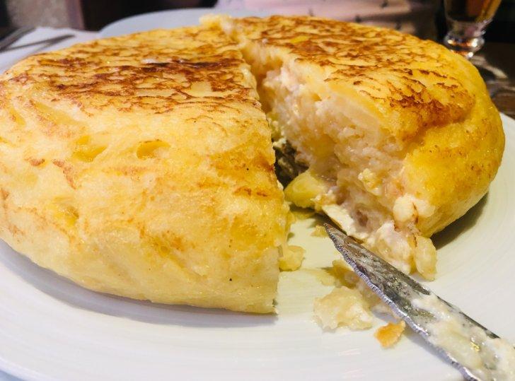 Tortilla de patatas rellena de queso de cabra y cebolla caramelizada