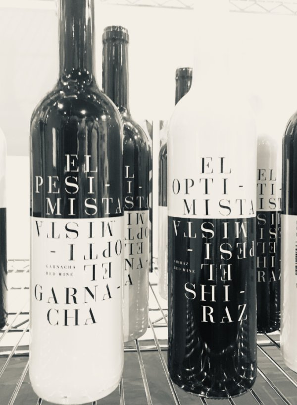 "Botellas de vino ""El Pesimista"" y ""El optimista"""