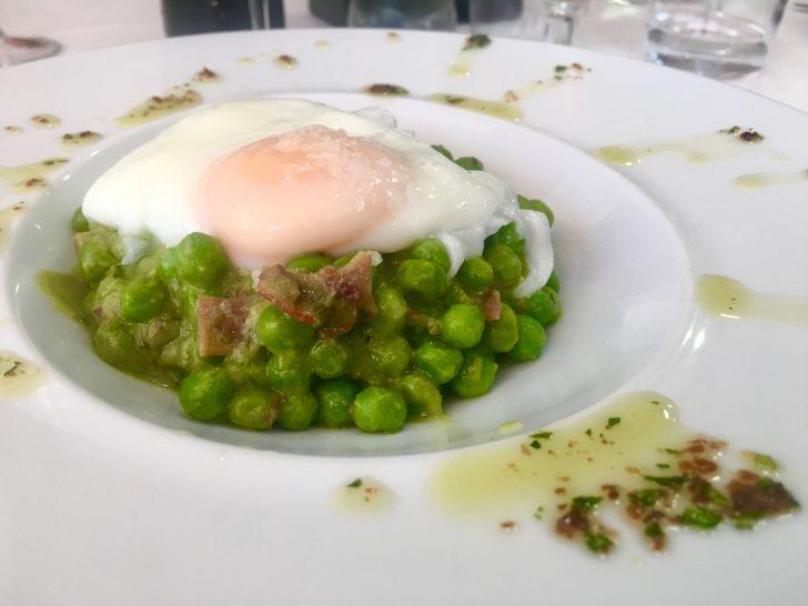 Guisantes con huevos poché